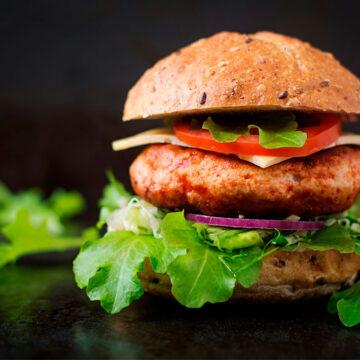Burger κοτόπουλου με κατσικίσιο τυρί και κρέμα βαλσαμικού BBQ